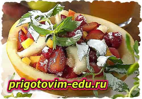 Фруктовый салат с дыней и персиками