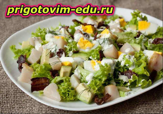 Овощной салат с копченой рыбой