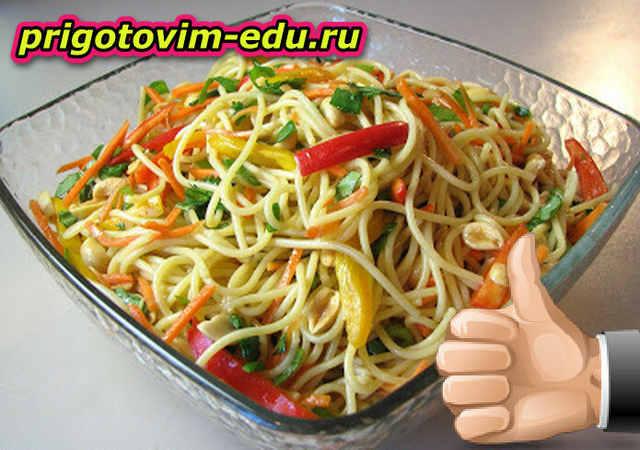 Салат из лапши с соусом чили