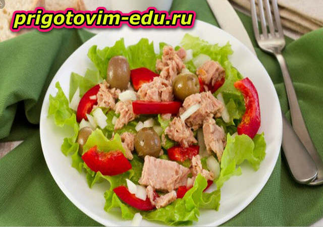 Салат из тунца с горошком и луком-пореем
