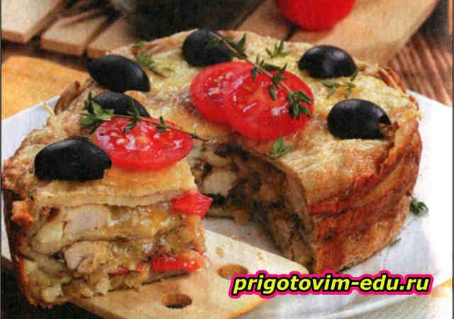 Блинный пирог с курицей и беконом