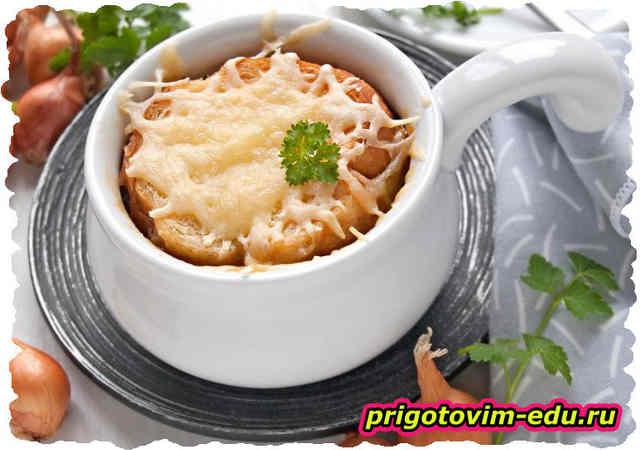 Луковый суп по-французски с сыром