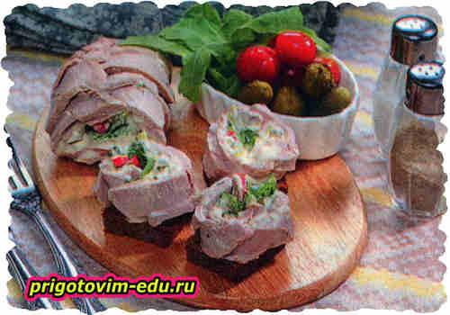 Рулет из свинины с рукколой