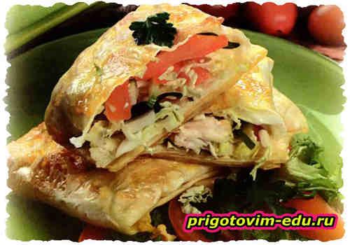 Салат из курицы и овощей в лаваше