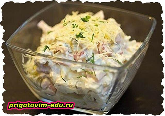 Салат из курицы с яйцом и сыром