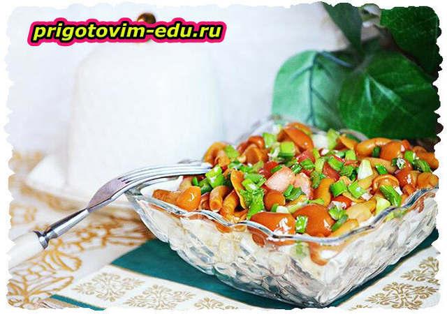 Салат из опят с овощами и картошкой