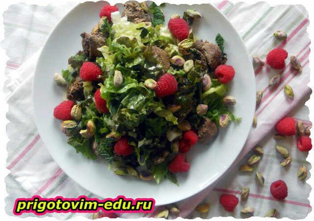 Салат с куриной печенью и фисташками
