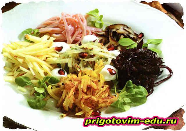 Салат с овощами, яблоком и ветчиной
