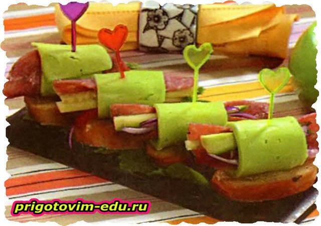 Сырные рулетики с салями и огурцом