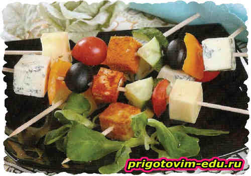 Ассорти на шпажках из сыра и овощей