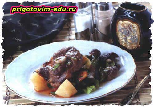 Баранья лопатка жаренная с овощами