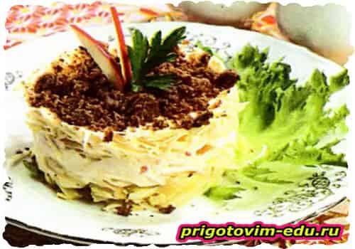 Французский салат из картофеля и яблок