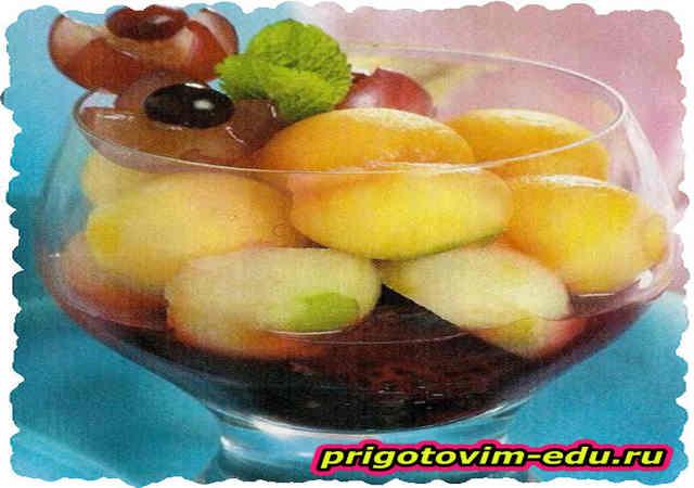 Фруктово-ягодный десерт с винным соусом