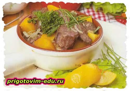 Мясо с айвой тушеное в горшочке