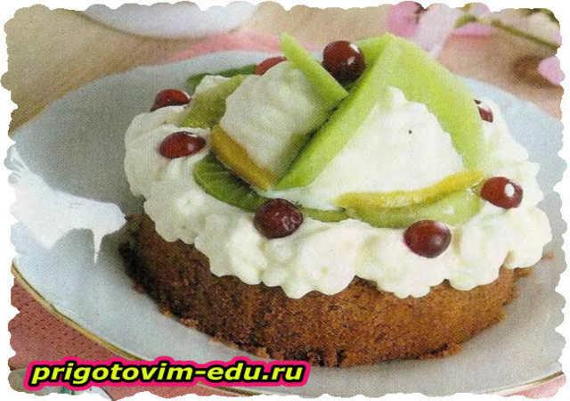 Пирожное со сливами, персиками и киви