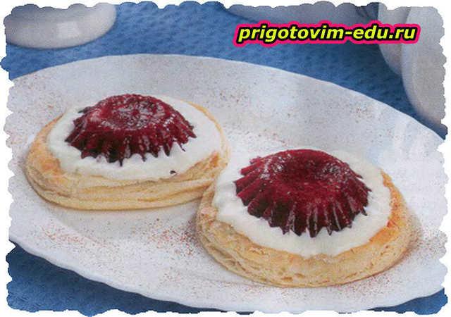 Пирожные из слоеного теста с малиной