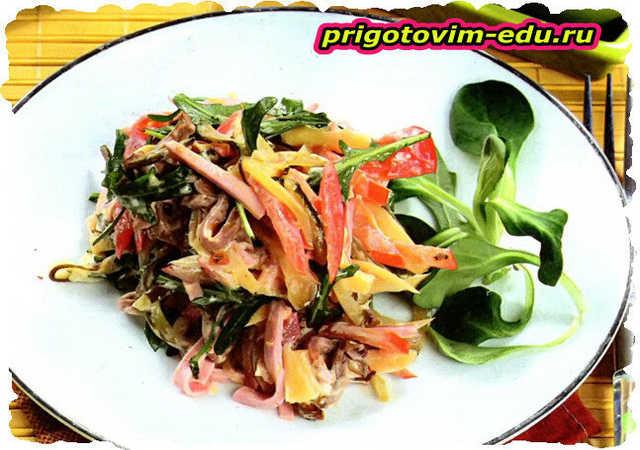 Салат из копченой курицы с ветчиной и грибами