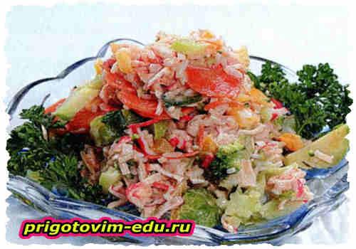 Салат из крабовых палочек с рисом и капустой