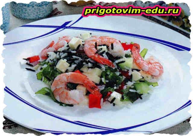 Салат с креветками, рисом и брынзой