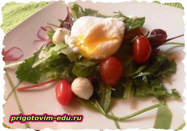 Салат с яйцом пашот и помидорами