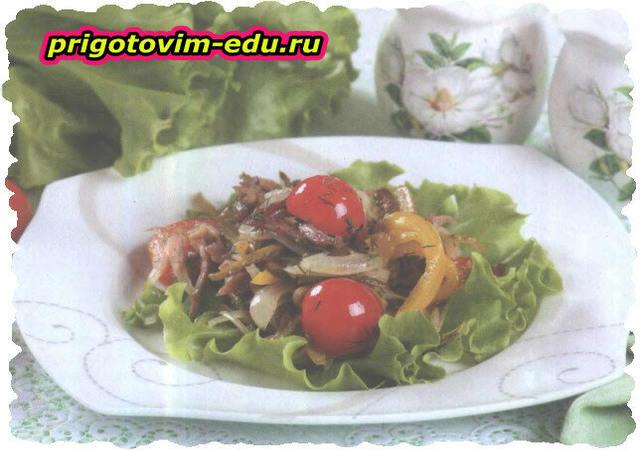 Теплый салат со свининой и черри