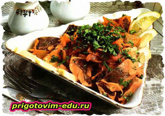 Тушёная рыба с морковью