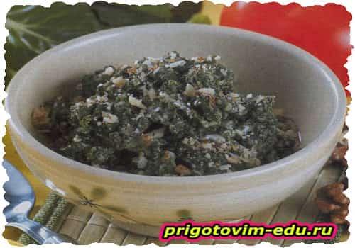 Жареная зелень с яйцом и орехами