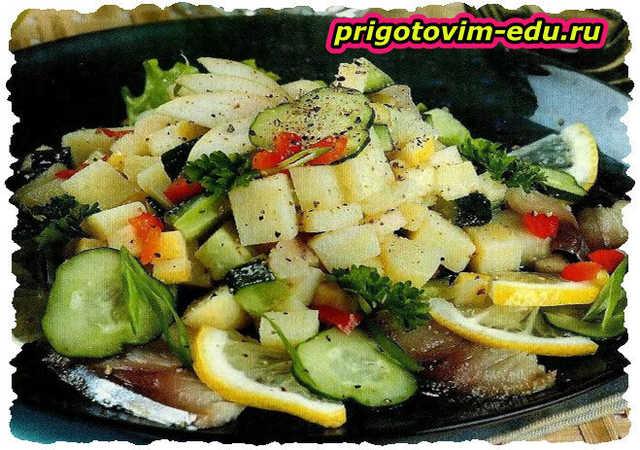 Картофельный салат с яблоком и скумбрией