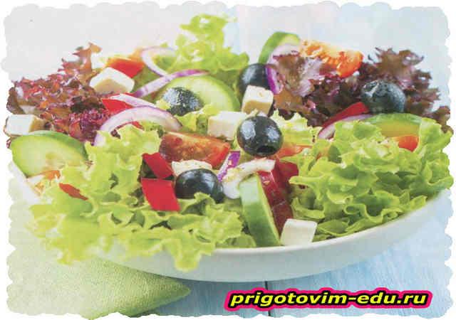 Разноцветный салат с брынзой