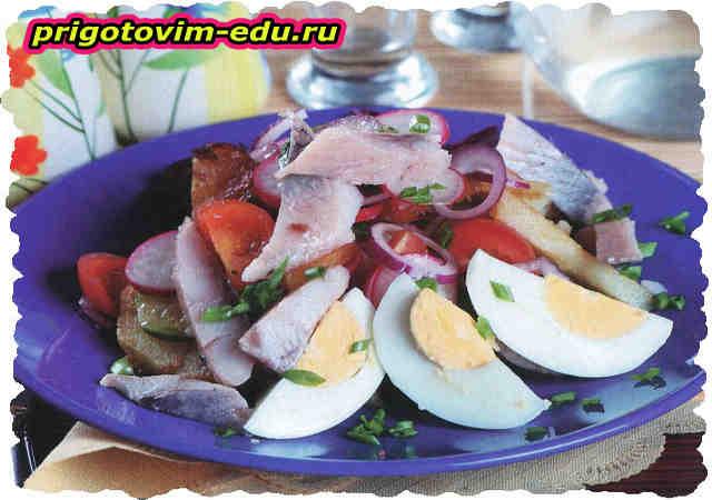 Салат с копченой сельдью и картофелем