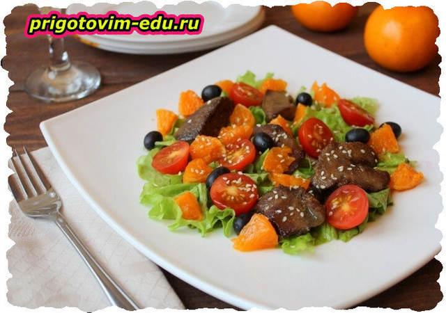 Салат с печенью, мандаринами и грецкими орехами