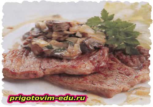 Свиной шницель под сливочно-грибным соусом