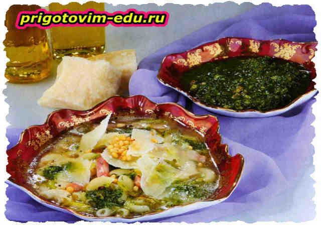 Сырный суп с соусом песто и орешками