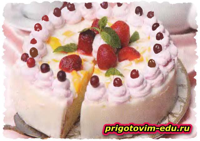 Бисквитный десерт с клубникой и манго