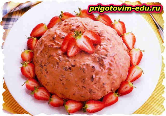 Десерт из мороженого с клубникой