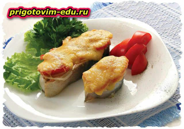 Форель, запеченная с помидорами и сыром