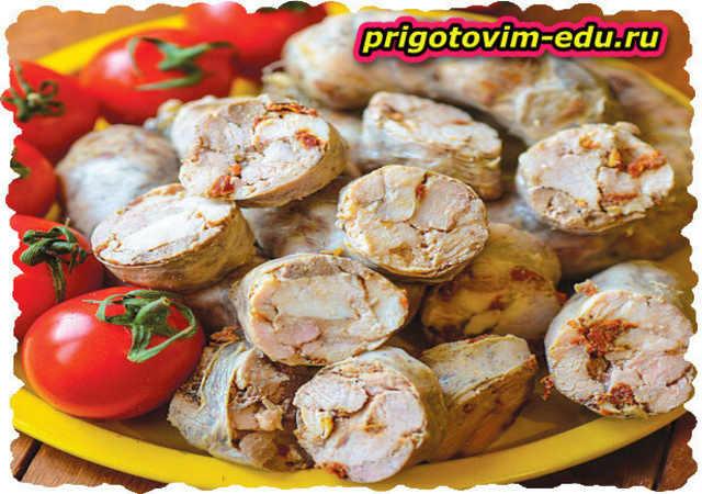 Колбаса из свинины и печенки с томатами