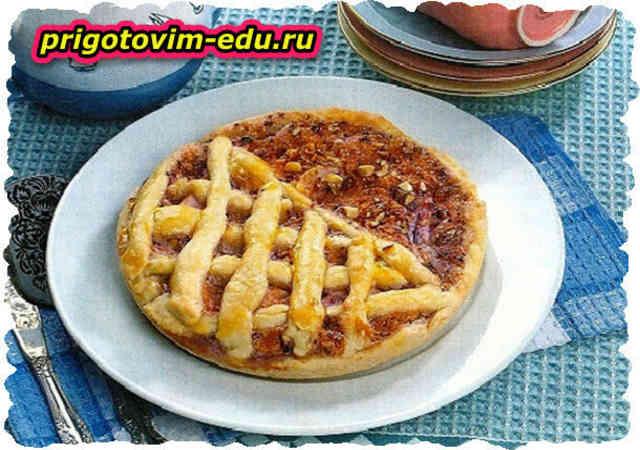 Открытый фруктовый пирог с грецкими орехами