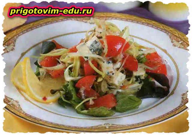 Салат из помидоров и сыра дор блю