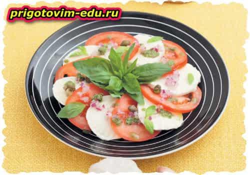 Салат из помидоров, лука и моцареллы с заправкой из базилика и каперсов