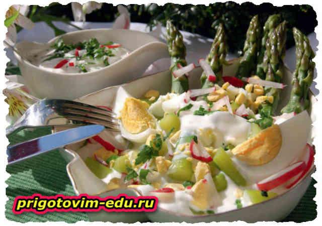 Салат из зеленой спаржи с яйцами