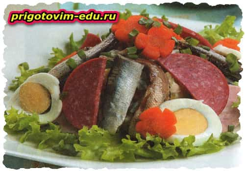 Салат с копченостями (горбуша ,ветчина,сыр )