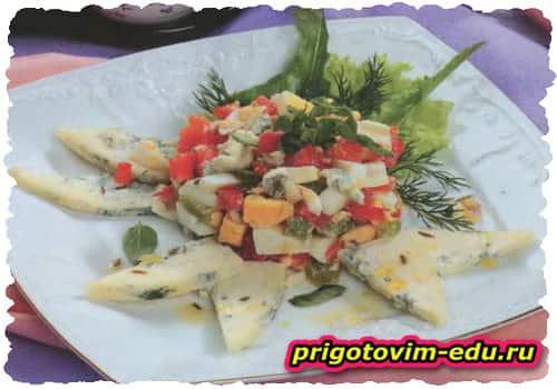 Яичный салат с сыром рокфором