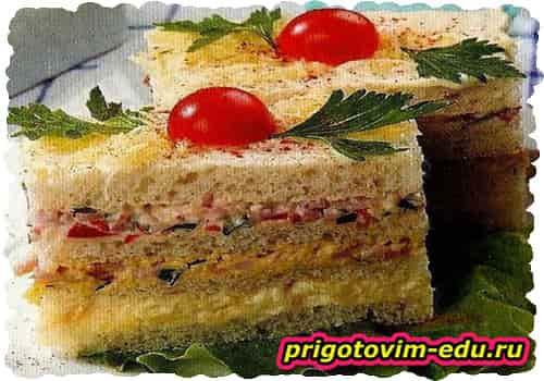 Закусочный колбасный торт с ветчиной и сыром