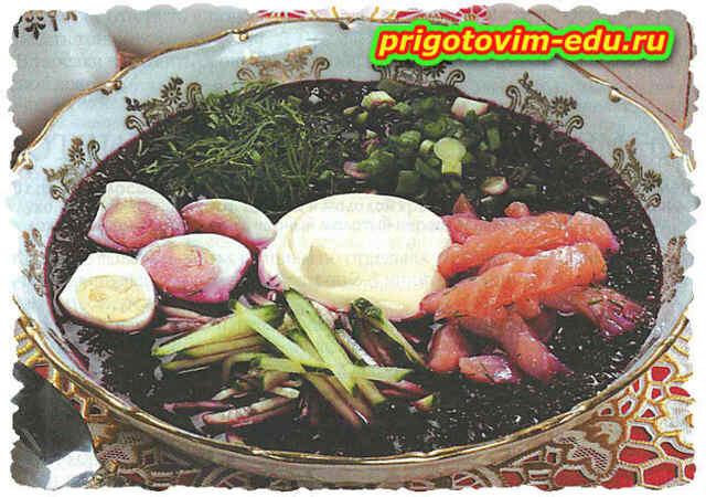 Ботвинья с копченым лососем и перепелиными яйцами
