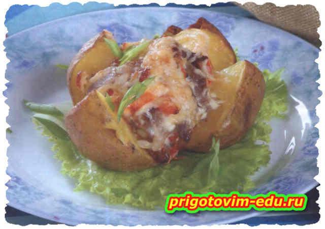 Картофель, запеченный с копченой грудинкой