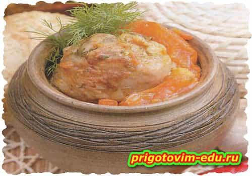 Куриное рагу с помидорами в горшочке