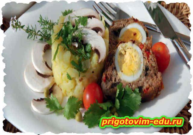 Рулет мясной с яйцом и грибами