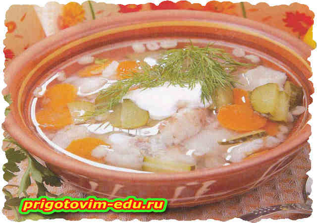 Рыбный суп с соленым огурцом в горшочке