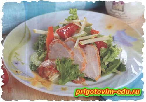Салат из копченой грудки с фруктами